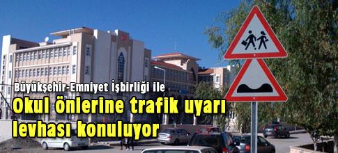 Okul önlerine trafik uyarı levhası konuluyor